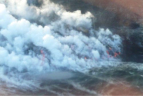 ハワイ島の上空からみる海に流れ落ちる溶岩