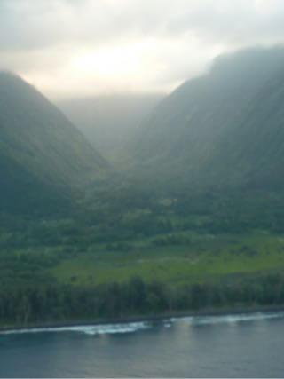 ハワイ島の上空からみるワイマヌ渓谷