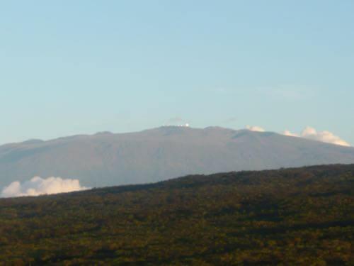 ハワイ島の上空からみるマウナケア山頂の展望台
