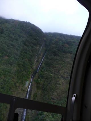 ハワイ島の上空からみるワイマヌ渓谷の滝